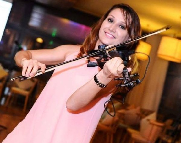 International Violinist And Vocalist